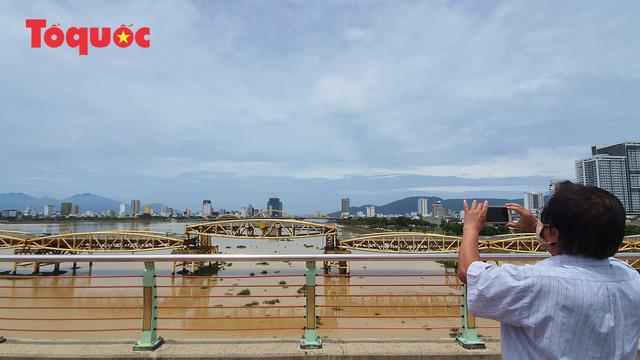 Nhiều người bất ngờ khi thấy nhịp giữa của cầu Nguyễn Văn Trỗi nâng lên cho tàu thuyền qua - Ảnh 10.