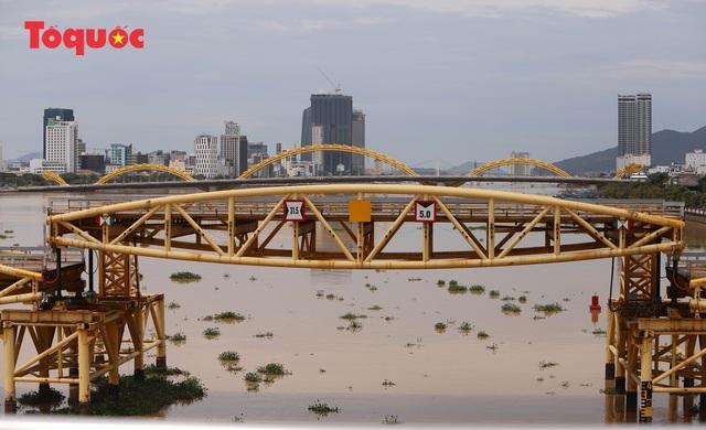 Nhiều người bất ngờ khi thấy nhịp giữa của cầu Nguyễn Văn Trỗi nâng lên cho tàu thuyền qua - Ảnh 5.