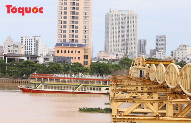 Nhiều người bất ngờ khi thấy nhịp giữa của cầu Nguyễn Văn Trỗi nâng lên cho tàu thuyền qua - Ảnh 15.