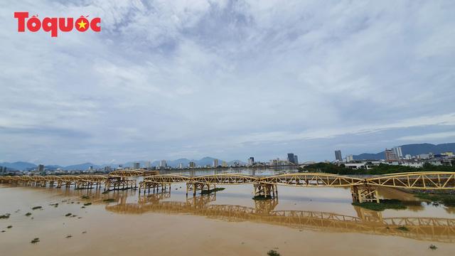Nhiều người bất ngờ khi thấy nhịp giữa của cầu Nguyễn Văn Trỗi nâng lên cho tàu thuyền qua - Ảnh 18.