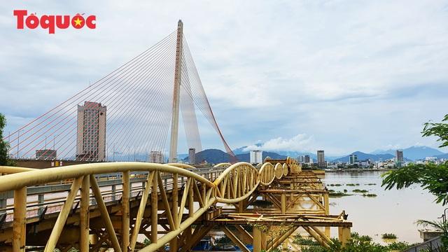 Nhiều người bất ngờ khi thấy nhịp giữa của cầu Nguyễn Văn Trỗi nâng lên cho tàu thuyền qua - Ảnh 19.