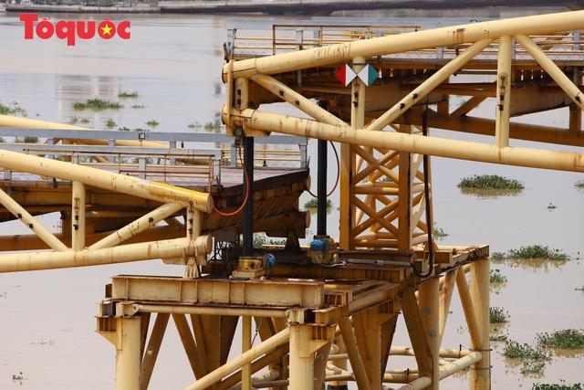 Nhiều người bất ngờ khi thấy nhịp giữa của cầu Nguyễn Văn Trỗi nâng lên cho tàu thuyền qua - Ảnh 6.