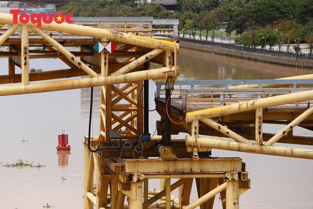 Nhiều người bất ngờ khi thấy nhịp giữa của cầu Nguyễn Văn Trỗi nâng lên cho tàu thuyền qua - Ảnh 7.