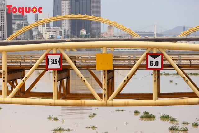 Nhiều người bất ngờ khi thấy nhịp giữa của cầu Nguyễn Văn Trỗi nâng lên cho tàu thuyền qua - Ảnh 9.