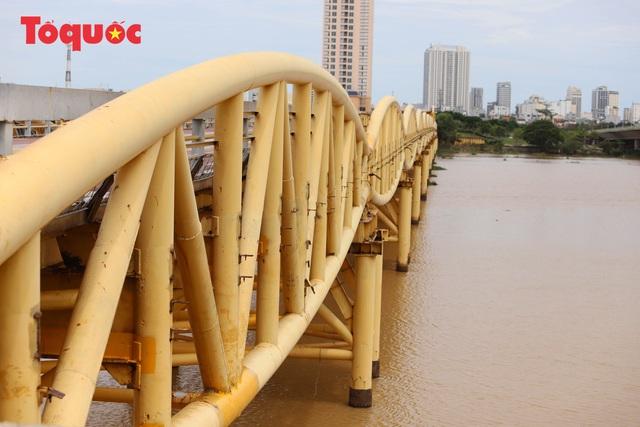 Nhiều người bất ngờ khi thấy nhịp giữa của cầu Nguyễn Văn Trỗi nâng lên cho tàu thuyền qua - Ảnh 4.