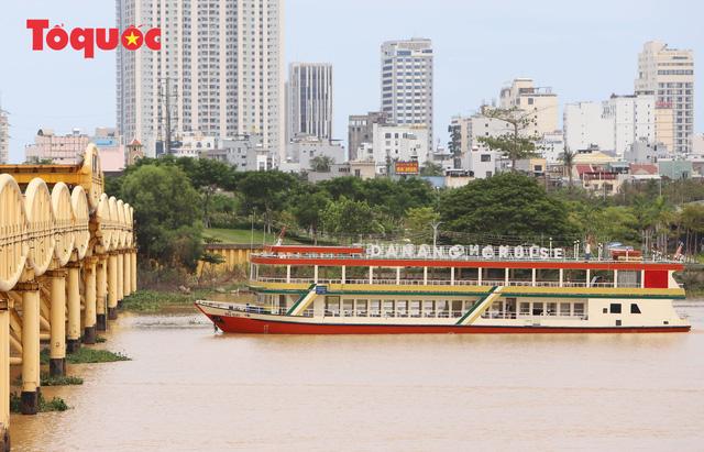 Nhiều người bất ngờ khi thấy nhịp giữa của cầu Nguyễn Văn Trỗi nâng lên cho tàu thuyền qua - Ảnh 11.