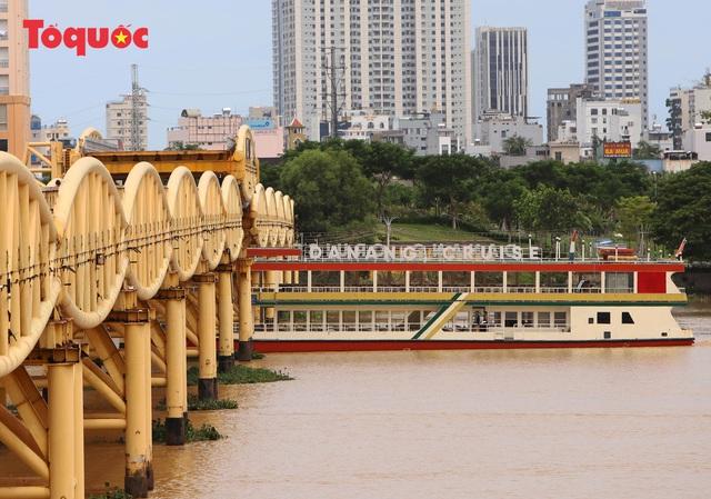 Nhiều người bất ngờ khi thấy nhịp giữa của cầu Nguyễn Văn Trỗi nâng lên cho tàu thuyền qua - Ảnh 12.
