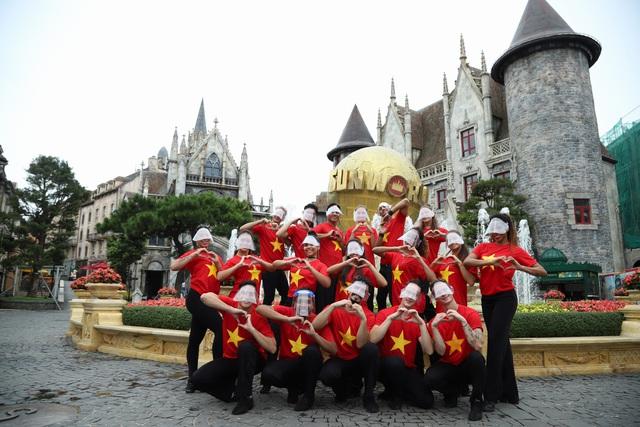 Khu du lịch lớn nhất miền Trung rực rỡ cờ đỏ sao vàng trong ngày đầu đón khách trở lại - Ảnh 4.