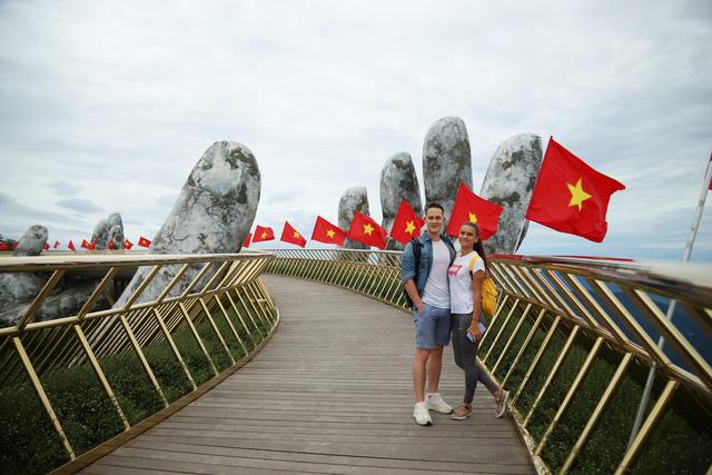 Khu du lịch lớn nhất miền Trung rực rỡ cờ đỏ sao vàng trong ngày đầu đón khách trở lại - Ảnh 8.