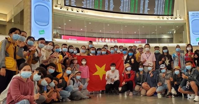 Đưa 340 công dân Việt Nam từ Israel về nước an toàn - Ảnh 1.
