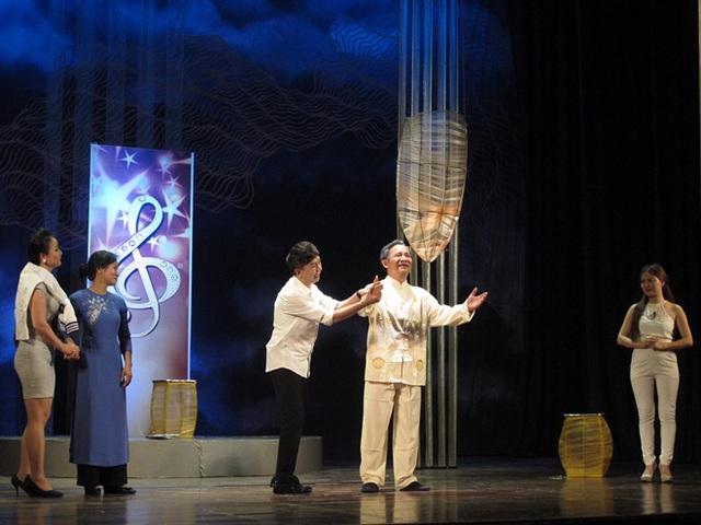 Dưới ánh đèn: Nỗi niềm nghệ sĩ nặng lòng cùng sân khấu - Ảnh 1.