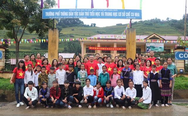 Trường Cán bộ quản lý văn hóa, thể thao và du lịch trao tặng quà cho học sinh có hoàn cảnh khó khăn Mù Cang Chải - Ảnh 3.