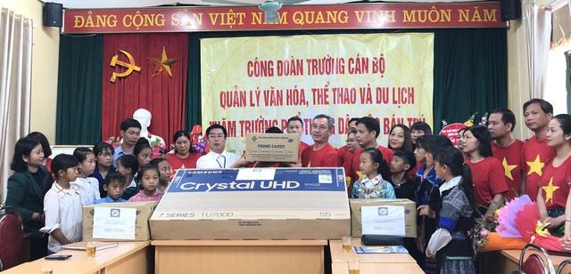 Trường Cán bộ quản lý văn hóa, thể thao và du lịch trao tặng quà cho học sinh có hoàn cảnh khó khăn Mù Cang Chải - Ảnh 1.
