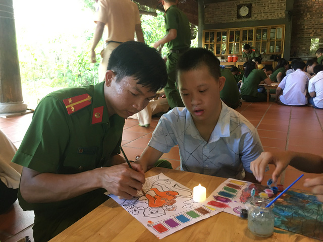 Mang Tết Trung thu đến với trẻ em hoàn cảnh khó khăn, khuyết tật - Ảnh 2.