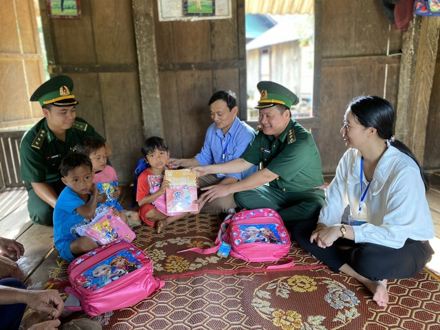 Bộ đội biên phòng đến tận bản tặng sách, vận động học sinh nghèo đến trường - Ảnh 2.