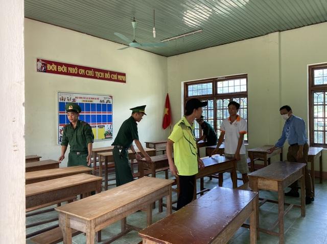 Bộ đội biên phòng đến tận bản tặng sách, vận động học sinh nghèo đến trường - Ảnh 3.