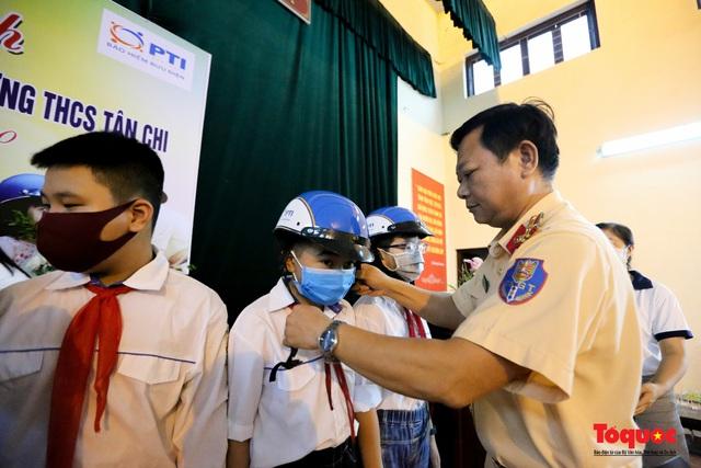 Bảo hiểm PTI phối hợp với các đơn vị tặng mũ bảo hiểm cho học sinh  - Ảnh 2.