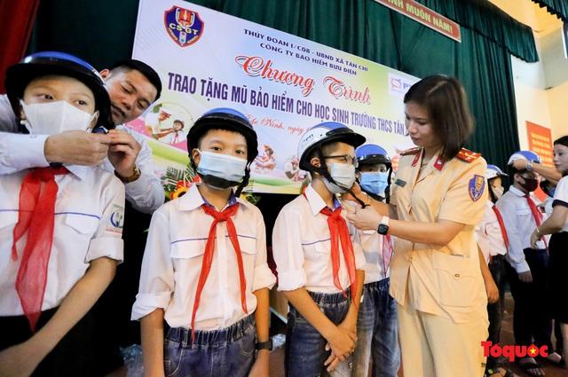 Bảo hiểm PTI phối hợp với các đơn vị tặng mũ bảo hiểm cho học sinh  - Ảnh 1.