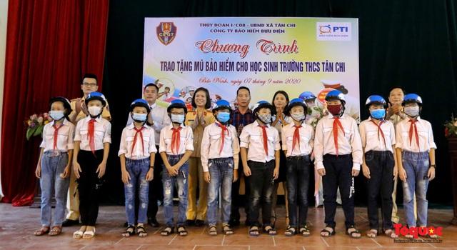 Bảo hiểm PTI phối hợp với các đơn vị tặng mũ bảo hiểm cho học sinh  - Ảnh 3.