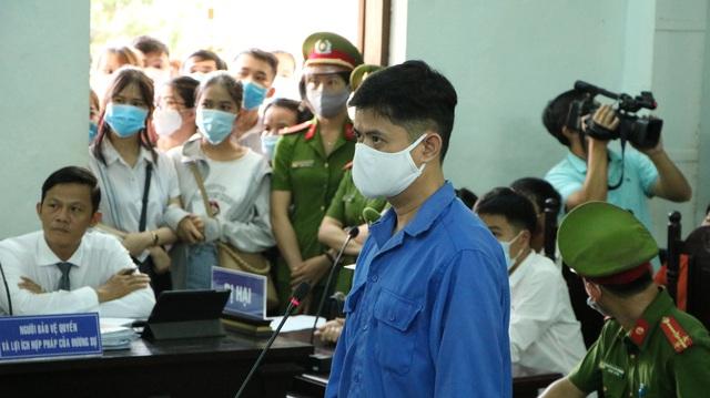 Hoãn xử vụ bác sỹ hiếp dâm đồng nghiệp vì vắng 2 giám định viên, 11 nhân chứng - Ảnh 1.