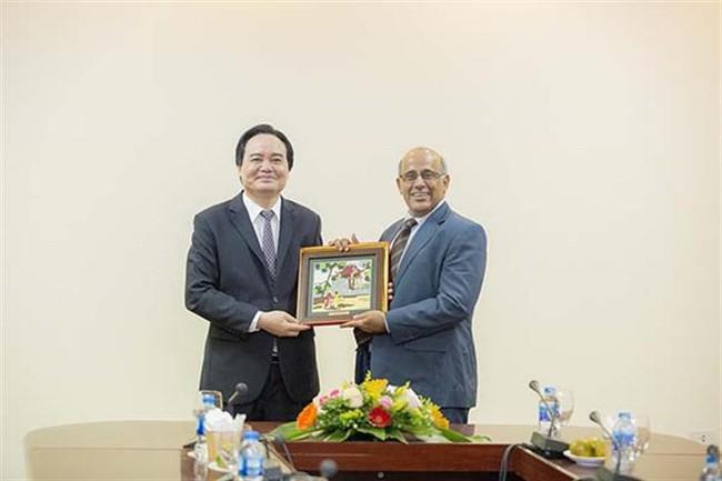 Bộ trưởng Phùng Xuân Nhạ tiếp Trưởng đại diện Quỹ nhi đồng Liên hợp quốc tại Việt Nam - Ảnh 2.