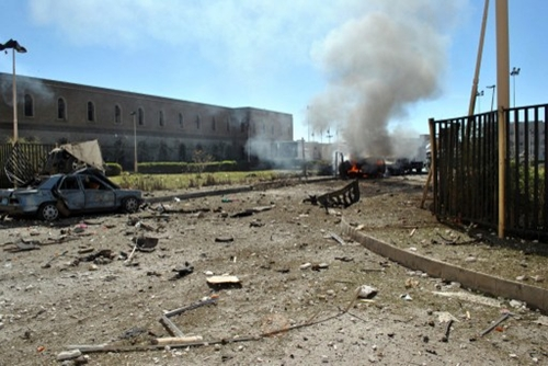 Một chiếc xe bốc cháy tại hiện trường tấn công khủng bố. Ảnh: AFP.