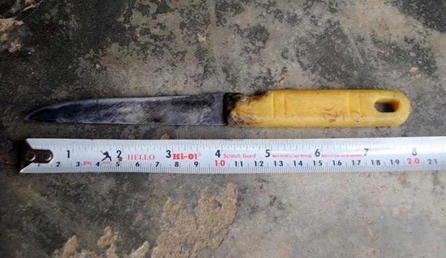 Trộm tiền bị phát hiện, thiếu niên rút dao rút dao đâm cụ bà trọng thương - Ảnh 1.