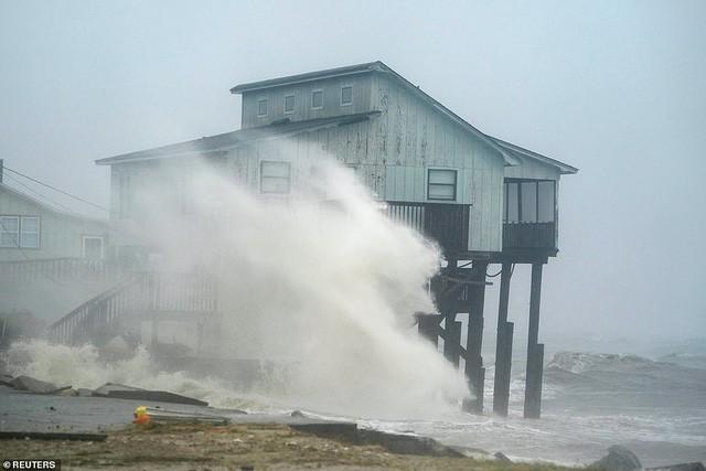 Hình ảnh siêu bão mạnh nhất trong lịch sử Mỹ tàn phá Florida - Ảnh 1.