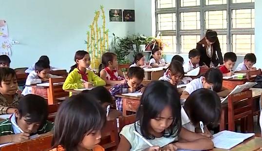Thiếu hàng trăm giáo viên, phụ huynh đành thuê riêng giáo viên về dạy - Ảnh 1.