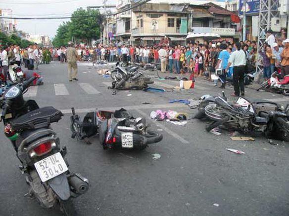 """11 người bị thương vì xe tải """"mất phanh""""  tông 8 xe máy trên đường - Ảnh 1."""