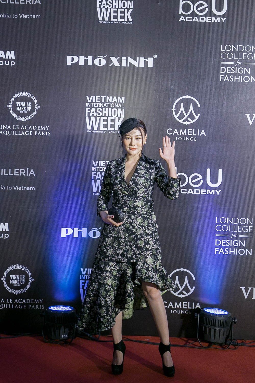 BTV Hoài Anh gợi cảm tại thảm đỏ tuần lễ Thời trang Quốc tế
