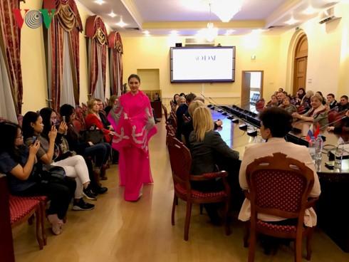 """Thuyếttrình về""""Văn hóa Việt Nam - Giá trị truyền thống của áo dài và ảnh hưởng tới cuộc sống hiện đại"""" tại Nga - Ảnh 2."""