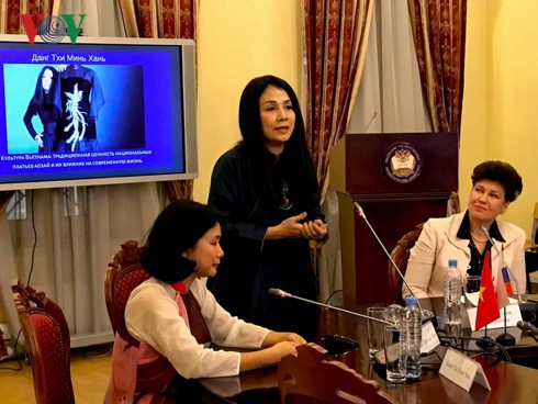 """Thuyếttrình về""""Văn hóa Việt Nam - Giá trị truyền thống của áo dài và ảnh hưởng tới cuộc sống hiện đại"""" tại Nga - Ảnh 1."""