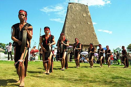 Trình diễn nghệ thuật tạc tượng gỗ dân gian tại Festival văn hóa cồng chiêng Tây Nguyên 2018 - Ảnh 1.