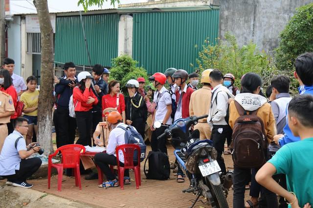 Hàng trăm học sinh ngang nhiên đi xe phân khối lớn không đội mũ bảo hiểm bị công an bắt giữ - Ảnh 2.