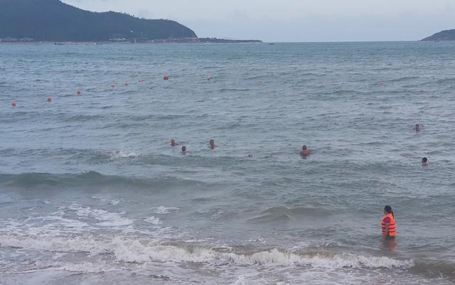 Nha Trang: Mùa biển động, khoanh vùng phao an toàn cho du khách tắm biển - Ảnh 1.