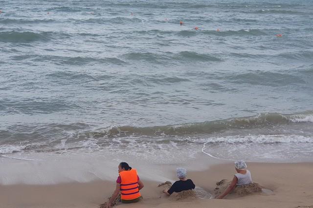 Nha Trang: Mùa biển động, khoanh vùng phao an toàn cho du khách tắm biển - Ảnh 2.