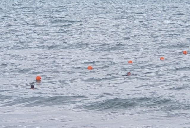 Nha Trang: Mùa biển động, khoanh vùng phao an toàn cho du khách tắm biển - Ảnh 3.