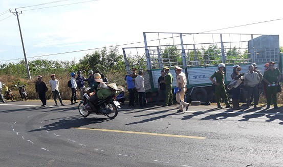3 chị em chết thảm khi xe tải gãy cầu lao vào xe máy - Ảnh 1.