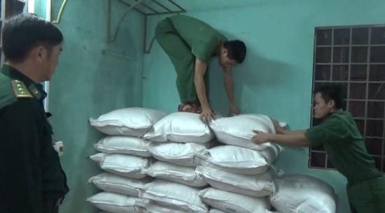 Lực lượng Biên phòng liên tiếp phát hiện các vụ vận chuyển hàng hóa trái phép - Ảnh 2.