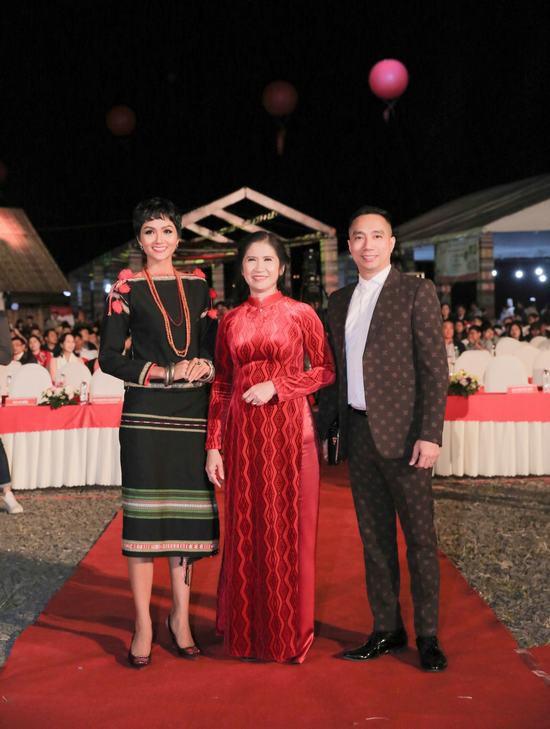 Hoa hậu Ngọc Hân: Thổ cẩm sẽ bước ra khỏi buôn làng để hòa nhập với môi trường lớn - Ảnh 2.