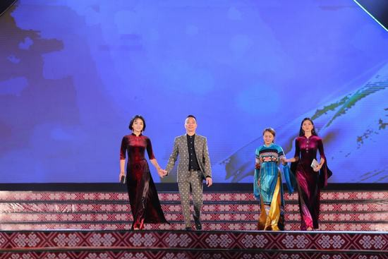 Hoa hậu Ngọc Hân: Thổ cẩm sẽ bước ra khỏi buôn làng để hòa nhập với môi trường lớn - Ảnh 3.