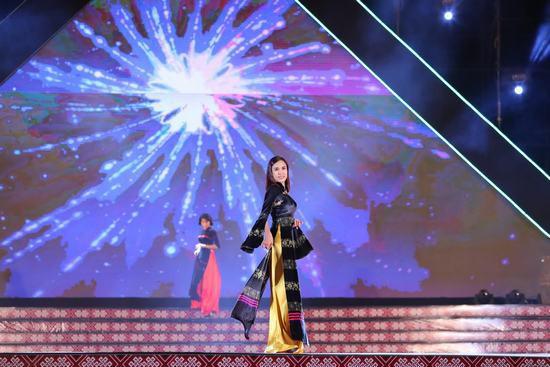 Hoa hậu Ngọc Hân: Thổ cẩm sẽ bước ra khỏi buôn làng để hòa nhập với môi trường lớn - Ảnh 5.