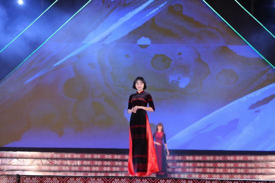Hoa hậu Ngọc Hân: Thổ cẩm sẽ bước ra khỏi buôn làng để hòa nhập với môi trường lớn - Ảnh 6.