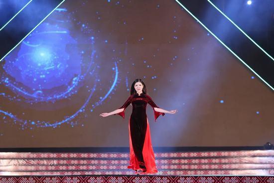 Hoa hậu Ngọc Hân: Thổ cẩm sẽ bước ra khỏi buôn làng để hòa nhập với môi trường lớn - Ảnh 7.