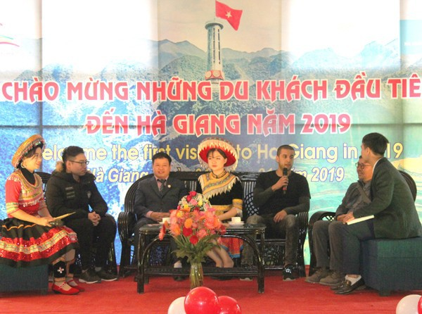Hà Giang: Chào mừng những vị khách nước ngoài đầu tiên của năm 2019 - Ảnh 1.