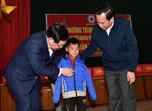 Phó Thủ tướng Vương Đình Huệ tặng quà Tết người có công, hộ nghèo tại Bắc Giang - Ảnh 3.