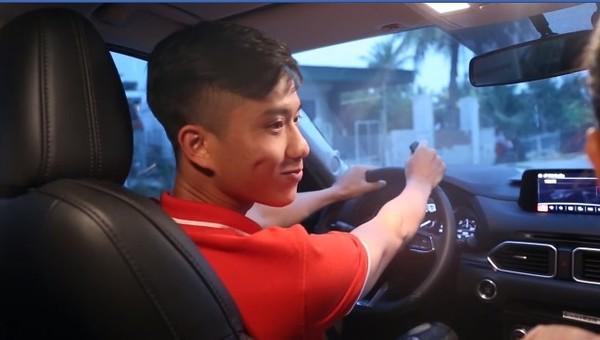 Hà Đức Chinh xây nhà cho bố mẹ, Phan Văn Đức bất ngờ tậu xe tiền tỷ đón mẹ - Ảnh 1.