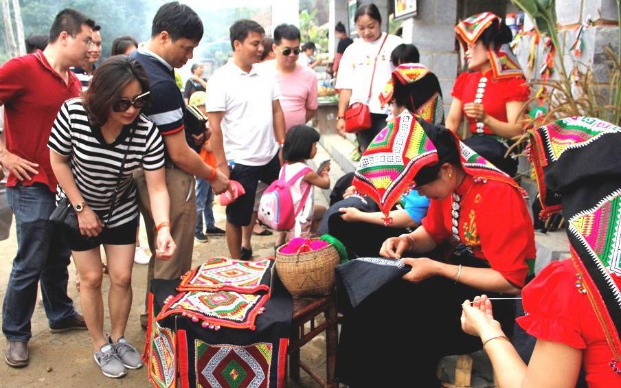 """Ban Quản lý Làng Văn hóa - Du lịch các dân tộc Việt Nam: Mục tiêu đón 660.000 lượt khách tham quan đến với """"Ngôi nhà chung"""""""