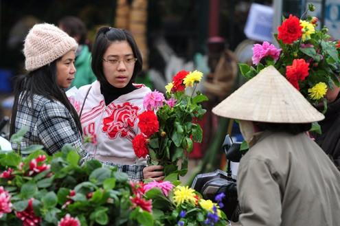 Vì đâu hoa ngày 30 Tết, kẻ bán người mua muôn nỗi niềm? - Ảnh 3.